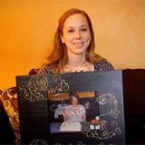 Amber Vick holding photo of her Mother